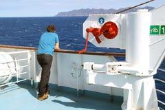 OCEANO PACIFICO, TAILANDIA - 25 OTTOBRE 2015: Traghetto che galleggia in aperto, turisti sulla piattaforma, guardante in avanti Fotografia Stock Libera da Diritti