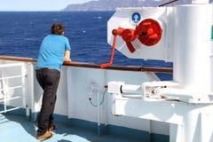 OCEANO PACIFICO, TAILANDIA - 25 OTTOBRE 2015: Traghetto che galleggia in aperto, turisti sulla piattaforma, guardante in avanti Immagine Stock Libera da Diritti