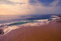 Oceano perturbado na margem Estoril portugal foto de stock