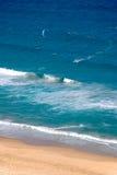 Oceano, praia, e um parasurfer fotografia de stock royalty free
