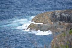 Oceano que bate contra rochas no wa de Dinamarca imagens de stock royalty free