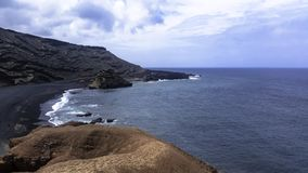 Oceano, rochas e praia preta perto do EL Golfo, Lanzarote, Ilhas Canárias Foto de Stock Royalty Free
