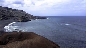 Oceano, rochas e praia preta perto do EL Golfo, Lanzarote, Ilhas Canárias Imagens de Stock