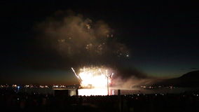 Oceano rosa-rosso di notte dei fuochi d'artificio del orabge stock footage