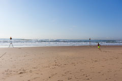 Oceano running da praia do menino Fotografia de Stock Royalty Free