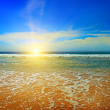 Oceano, spiaggia, cielo blu ed alba Fotografie Stock