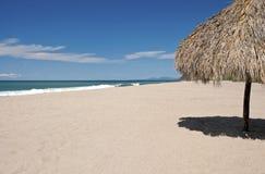 Oceano, spiaggia, sabbia e palapa fotografia stock