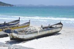 Oceano stupefacente della spiaggia con le barche immagine stock libera da diritti
