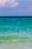 Oceano verde con cielo blu Fotografie Stock Libere da Diritti