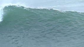 Oceano Wave enorme che interrompe la costa di California stock footage