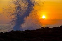 Oceano Wave a tempo di tramonto fotografia stock