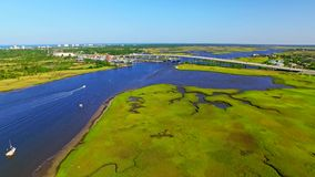 Oceansidecityscape met boten op een rivier en wegverkeer stock videobeelden