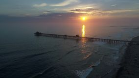 Oceansidepijler bij Zonsondergang stock videobeelden