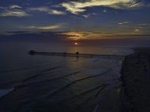 Oceansidepir på solnedgången Arkivbilder