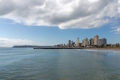 Oceanu błękita Chmurny niebo i Złota Milowa miasto linia horyzontu Obraz Stock