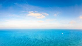 oceanu błękitny niebo zdjęcia stock