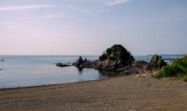Oceanu brzegowy Pełny skały obraz stock