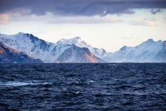 Oceanu i góry grań przy ranku czasem Fotografia Royalty Free