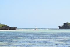 Oceanu Indyjskiego wizerunku dhow żeglowanie między dwa skałami Obraz Stock