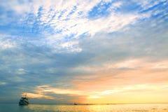 Oceanu koloru denny zmierzch z osamotnionym statkiem Zdjęcie Royalty Free