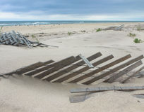 Oceanu krajobraz z Zakopującymi ogrodzeniami Zdjęcia Royalty Free