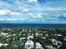 Oceanu miasta Jaskrawy niebo Fotografia Royalty Free