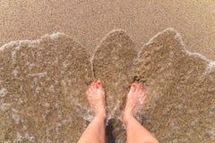 Oceanu morza fala I dziewczyna cieki Na Piaskowatej plaży Obraz Royalty Free