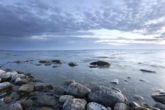 Oceanu mroczna scena z skałami w przedpolu Zdjęcie Royalty Free