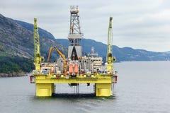 Oceanu na morzu wieży wiertniczej wiertnicza platforma daleko Zdjęcia Royalty Free