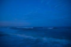 Oceanu obmycie przy Błękitną godziną zdjęcie royalty free