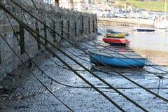 Oceanu przypływ out, Kolorowe łodzie wewnątrz Fotografia Royalty Free