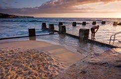 Oceanu wschodu słońca Pływackiego basenu skąpanie przy Coogee plażą obrazy stock