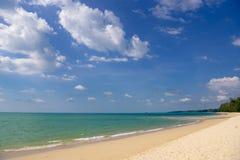 Oceanu wybrzeże w błękitnym morzu i białym piasku Zdjęcia Royalty Free