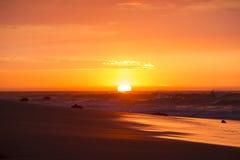 Oceanu zmierzch na plażowym i Pacyficznym oceanie w Mancora, Peru Obrazy Royalty Free