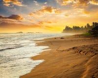 Oceanu zmierzch przy morze plażą Zdjęcie Stock
