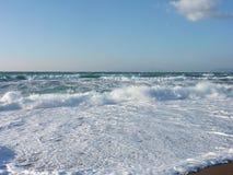Oceanwaves auf Rhodos lizenzfreie stockbilder