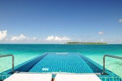 Oceany ostrzą dopłynięcia basenu w oceanie Zdjęcie Royalty Free
