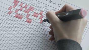 Ocechowanie dni na kalendarzu czerwieni filc piórem zbiory