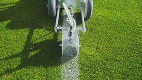 Ocechowanie stadionu futbolowego pole używać fachową farby maszynę zbiory wideo