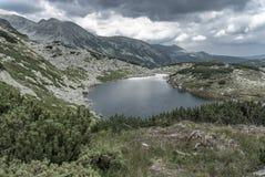 och avlägsen alpin bergsjö royaltyfri foto
