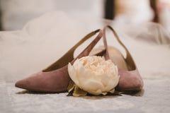 Och där ` s som bröllopet skor för royaltyfria foton
