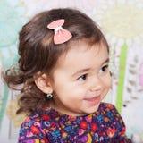 1 och ett halvt årigt behandla som ett barn flickan inomhus Arkivfoton