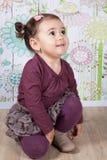 1 och ett halvt årigt behandla som ett barn flickan inomhus Fotografering för Bildbyråer
