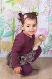 1 och ett halvt årigt behandla som ett barn flickan inomhus Royaltyfri Foto