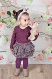 1 och ett halvt årigt behandla som ett barn flickan inomhus Arkivbild