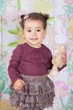 1 och ett halvt årigt behandla som ett barn flickan inomhus Royaltyfria Bilder