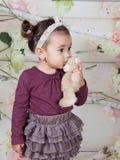 1 och ett halvt årigt behandla som ett barn flickan inomhus Royaltyfria Foton