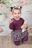 1 och ett halvt årigt behandla som ett barn flickan inomhus Royaltyfri Bild