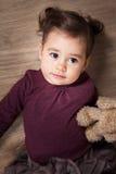 1 och ett halvt årigt behandla som ett barn flickan inomhus Arkivbilder