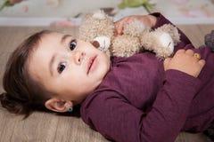 1 och ett halvt årigt behandla som ett barn flickan inomhus Royaltyfri Fotografi